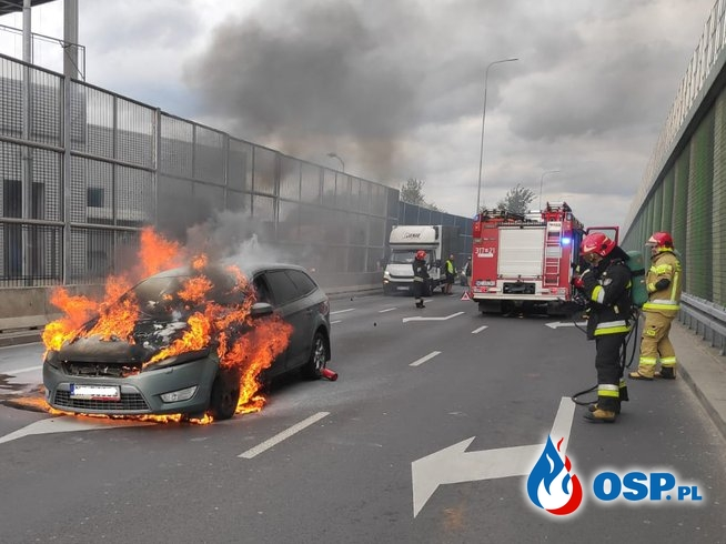 Samochód zapalił się na zjeździe z Południowej Obwodnicy Warszawy OSP Ochotnicza Straż Pożarna