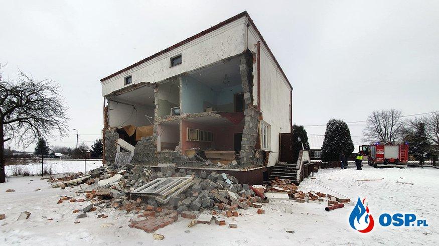 Ściana budynku runęła po eksplozji gazu. Starsza kobieta trafiła do szpitala. OSP Ochotnicza Straż Pożarna