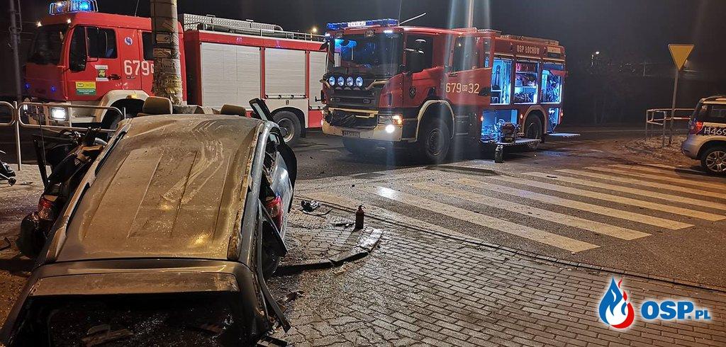Mazda uderzyła w słup. Jedna osoba zginęła, dwie są ranne. OSP Ochotnicza Straż Pożarna