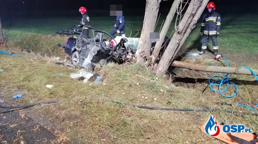 Audi zapaliło się po zderzeniu z drzewem. Zginął młody mężczyzna, drugi walczy o życie. OSP Ochotnicza Straż Pożarna
