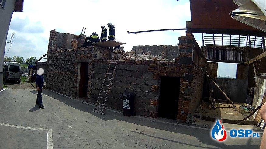 Podczas prac rozbiórkowych zawaliła się ściana. Ranna jedna osoba OSP Ochotnicza Straż Pożarna