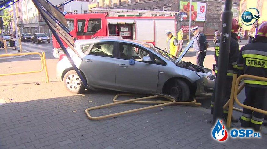 Wypadek nieoznakowanego radiowozu na skrzyżowaniu w Zabrzu. OSP Ochotnicza Straż Pożarna