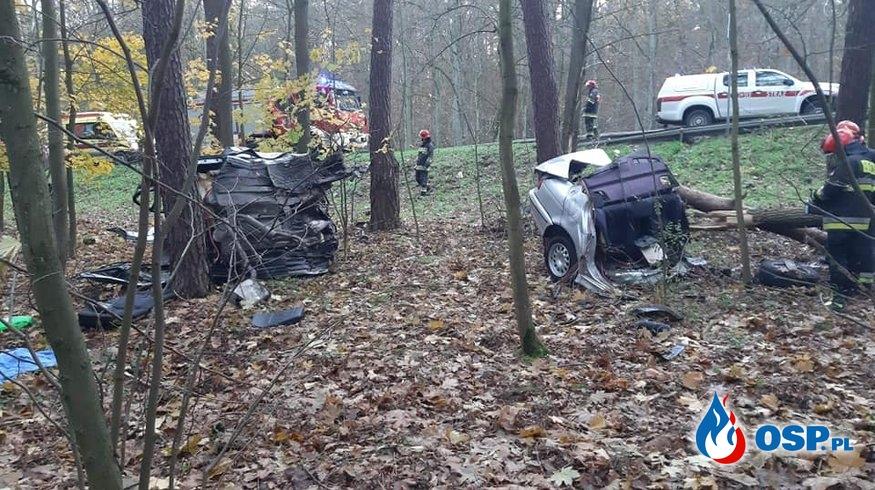 BMW rozpadło się na pół po uderzeniu w drzewo OSP Ochotnicza Straż Pożarna