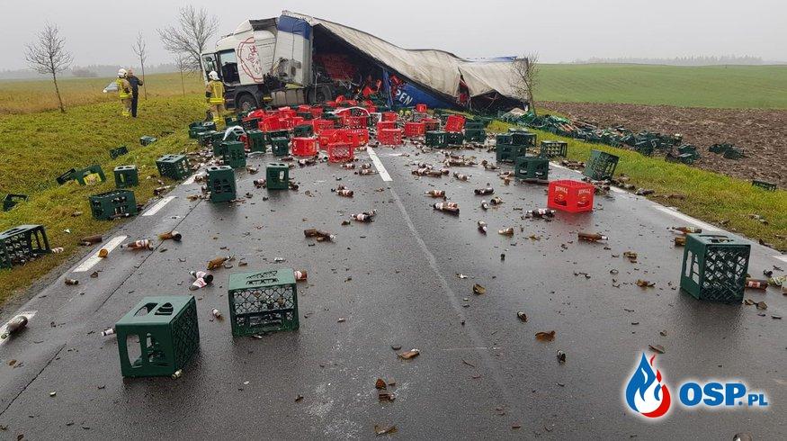 Tysiące litrów piwa na drodze. Ciężarówka przewróciła się w poprzek jezdni. OSP Ochotnicza Straż Pożarna