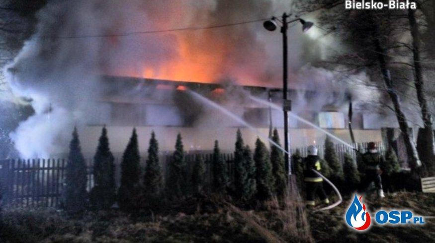 Pożar w zakładzie produkującym zabawki. Kilkanaście zastępów strażaków w akcji. OSP Ochotnicza Straż Pożarna