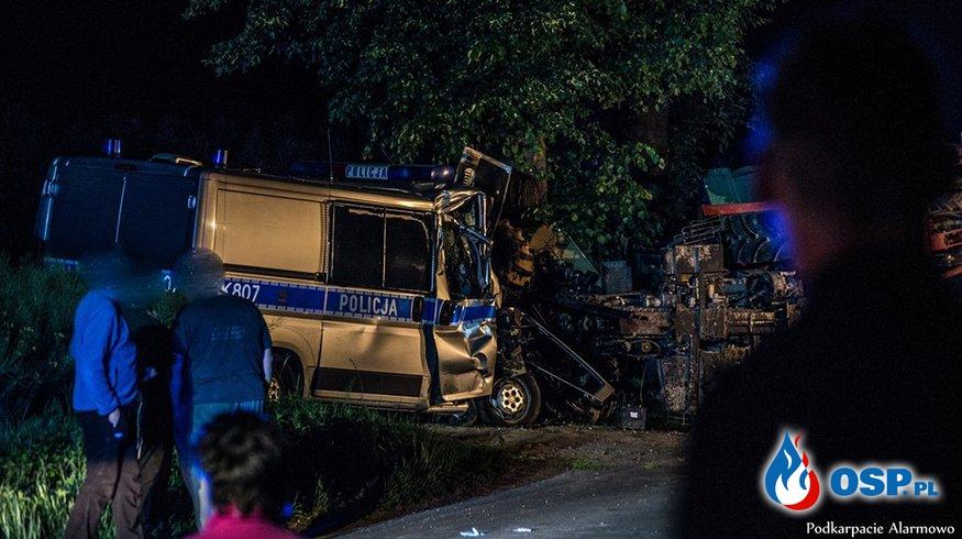 Wypadek policyjnego radiowozu z ciągnikiem rolniczym. Cztery osoby ranne. OSP Ochotnicza Straż Pożarna