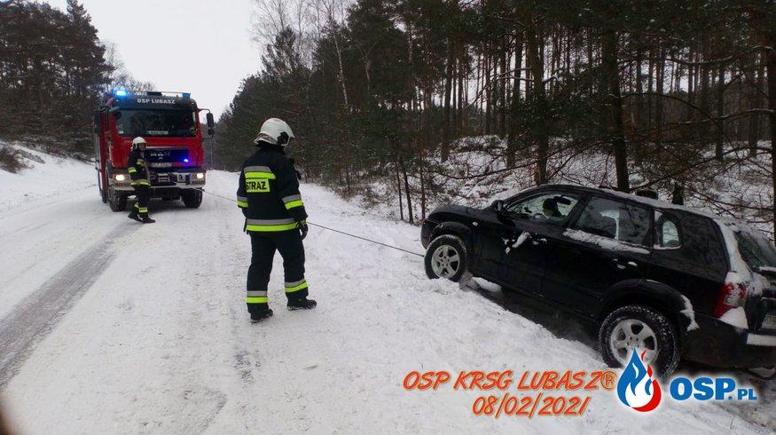Samochód osobowy w rowie. OSP Ochotnicza Straż Pożarna