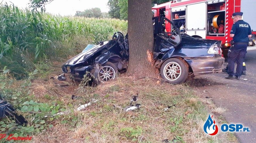 BMW roztrzaskało się na drzewie. Interweniowały 2 śmigłowce LPR. OSP Ochotnicza Straż Pożarna