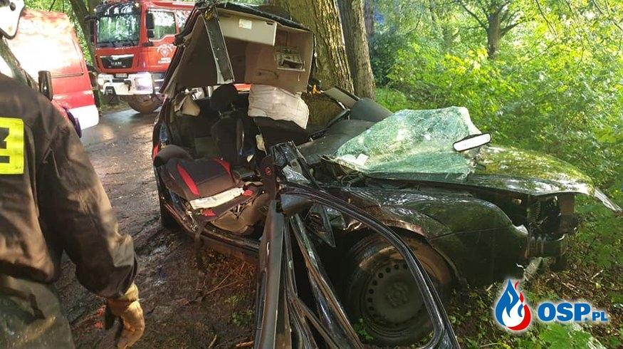 Ford owinięty wokół drzewa. Kierowca nie miał szans na przeżycie. OSP Ochotnicza Straż Pożarna