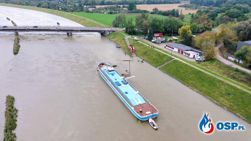 Połamane drzewo zagrażało zerwaniem 450-tonowej barki w Opolu. OSP Ochotnicza Straż Pożarna