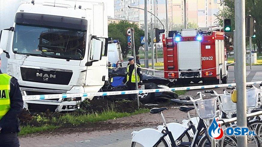 Trzy osoby zginęły w wypadku w Bydgoszczy. Taksówka zderzyła się z ciężarówką. OSP Ochotnicza Straż Pożarna