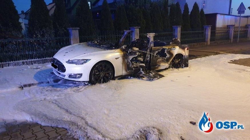 Samochód elektryczny Tesla spłonął w Ścinawie OSP Ochotnicza Straż Pożarna