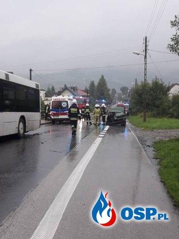 Autobus miejski zderzył się z autem. Dwie osoby są ranne. OSP Ochotnicza Straż Pożarna