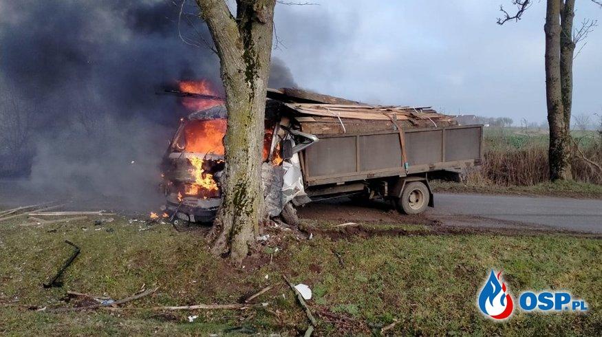 Świadkowie wyciągnęli kierowcę z płonącej ciężarówki. Pojazd zapalił się po uderzeniu w drzewo. OSP Ochotnicza Straż Pożarna
