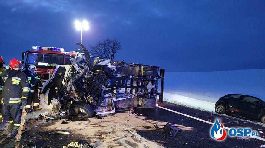 Bus zjechał na przeciwny pas ruchu, zginęły dwie osoby. Tragiczny wypadek pod Tczewem. OSP Ochotnicza Straż Pożarna