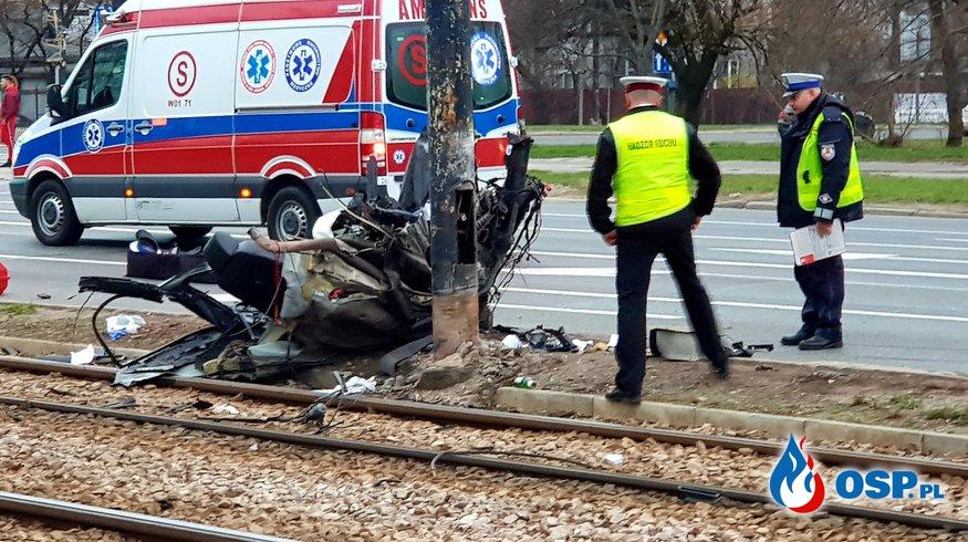 Audi uderzyło w słup i rozpadło się na części. Zginęło trzech młodych mężczyzn. OSP Ochotnicza Straż Pożarna