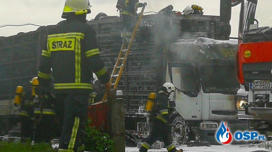 Pożar ciężarówki wypełnionej oponami. 6 zastępów w akcji. OSP Ochotnicza Straż Pożarna
