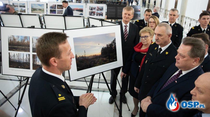 W sejmie otwarto wystawę zdjęć z akcji polskich strażaków w Szwecji OSP Ochotnicza Straż Pożarna