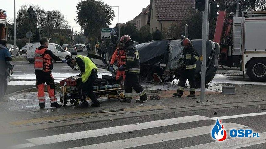 Groźny wypadek pod Brzegiem. Samochód rozpadł się po zderzeniu. OSP Ochotnicza Straż Pożarna