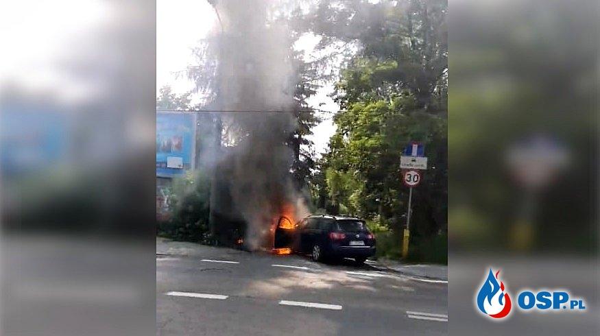 """Samochód """"gubił olej"""", po czym stanął w płomieniach. Akcja w Bytomiu-Miechowicach. OSP Ochotnicza Straż Pożarna"""
