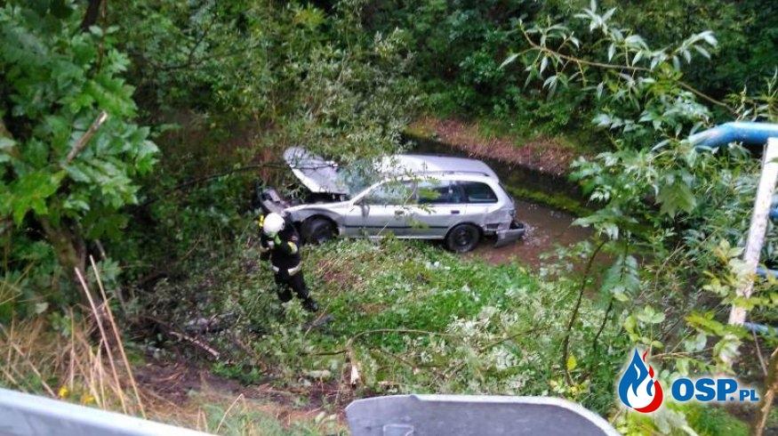 Auto przebiło barierkę i wpadło do potoku OSP Ochotnicza Straż Pożarna