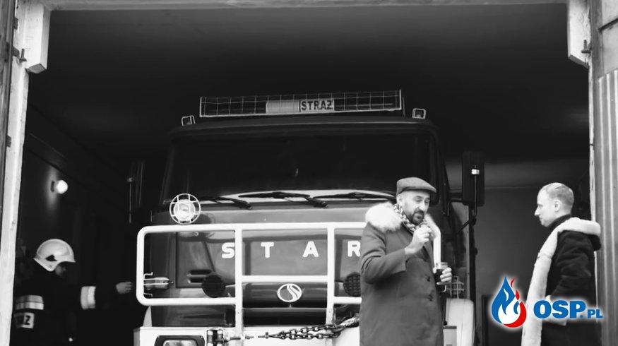 """""""Pali się"""". Koncert w remizie, strażacy OSP i wódka w nowym teledysku zespołu Tulia. OSP Ochotnicza Straż Pożarna"""