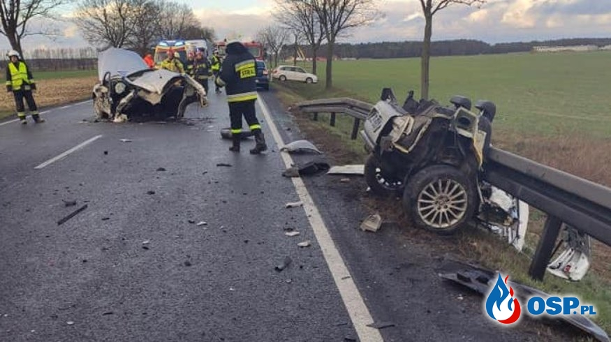 Samochód rozpadł się na pół. Niebezpieczny finał wyprzedzania na trzeciego! OSP Ochotnicza Straż Pożarna