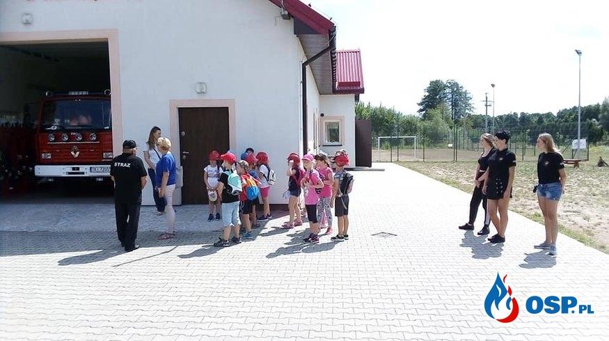 Wakacyjne odwiedziny dzieci z Promyczka. OSP Ochotnicza Straż Pożarna