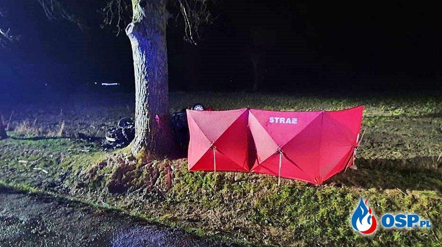 Dwie osoby zginęły w wypadku pod Bytowem. Auto rozbiło się na drzewie podczas wyprzedzania. OSP Ochotnicza Straż Pożarna