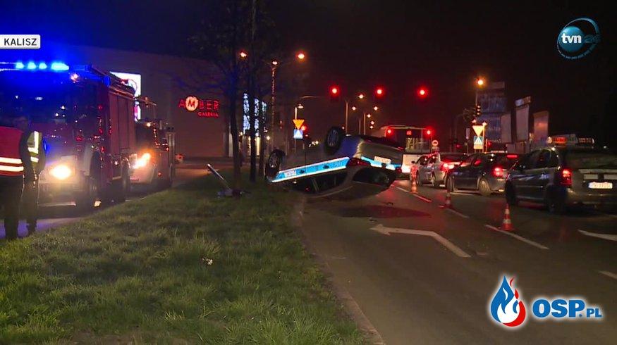 Dachowanie radiowozu w Kaliszu. Ranny policjant trafił do szpitala. OSP Ochotnicza Straż Pożarna