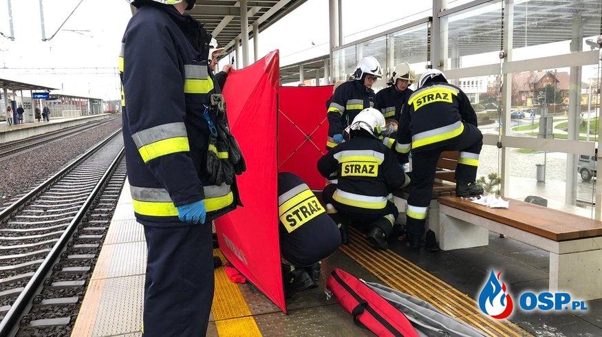 Akcja na dworcu PKP. Kobieta wpadła pomiędzy peron i wagon pociągu. OSP Ochotnicza Straż Pożarna