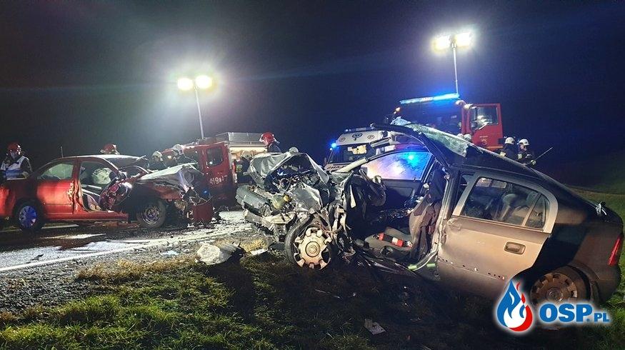 Dwa auta roztrzaskane w czołowym zderzeniu w Wielkopolsce. Trzy osoby zostały ranne. OSP Ochotnicza Straż Pożarna
