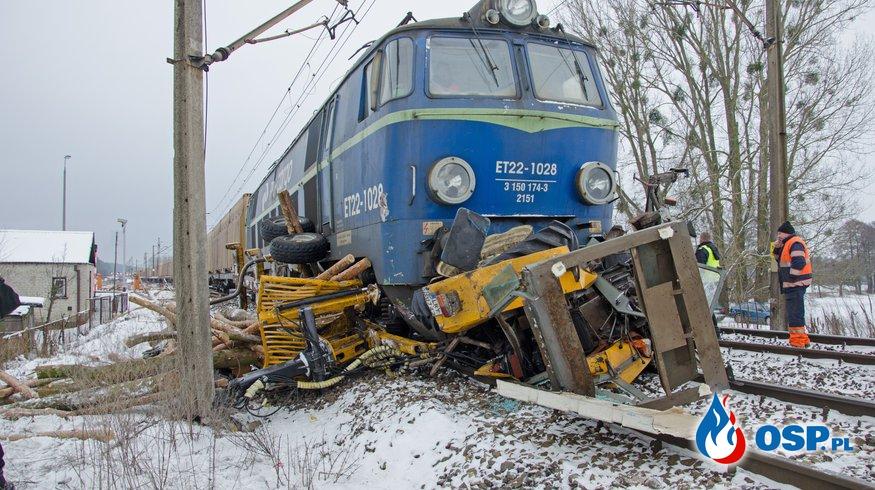 Wypadek na przejeździe kolejowym w Starej Rokitni. Ciągnik wjechał pod pociąg towarowy. OSP Ochotnicza Straż Pożarna