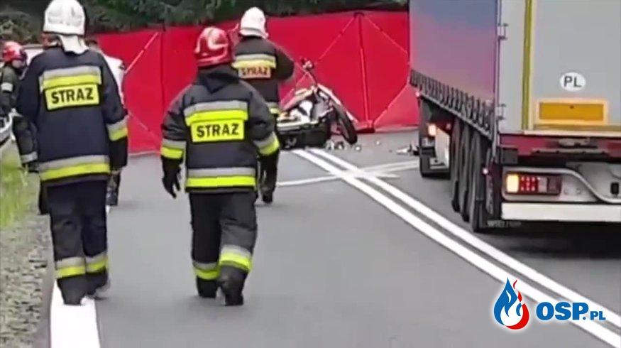 Czołowe zderzenie motocyklisty z ciężarówką. Jedna osoba nie żyje. OSP Ochotnicza Straż Pożarna