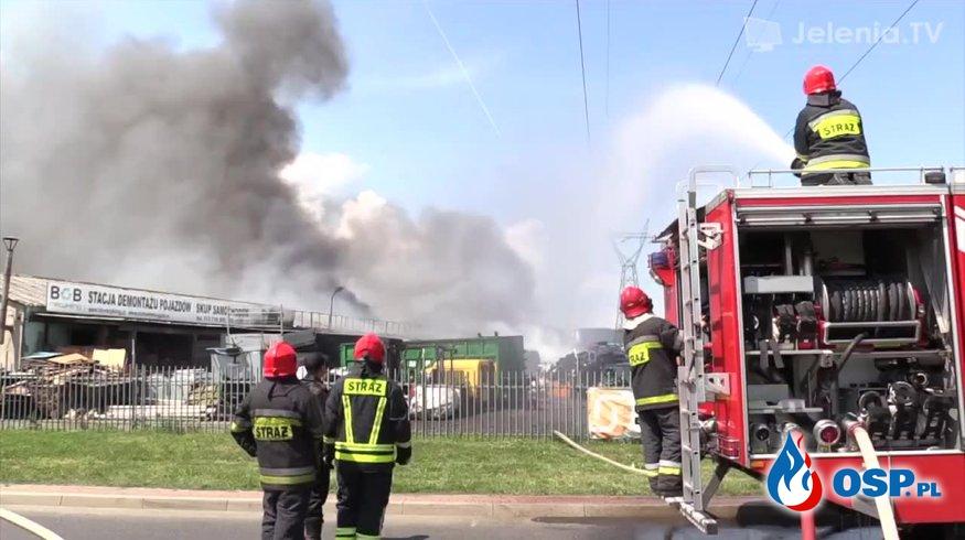 Pożar złomowiska samochodów w Jeleniej Górze. OSP Ochotnicza Straż Pożarna