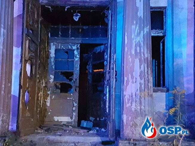 Tragiczny pożar pustostanu. W zgliszczach znaleziono zwłoki mężczyzny. OSP Ochotnicza Straż Pożarna