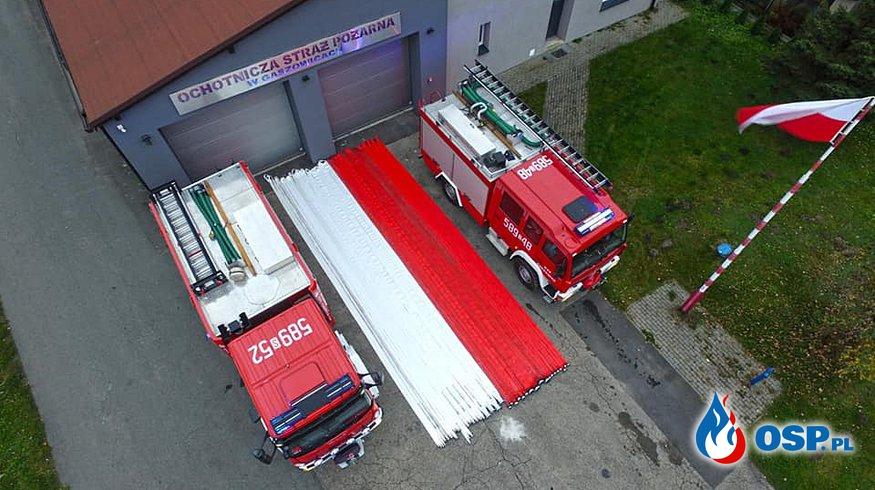 Biało-czerwona flaga ze strażackich węży. To pomysł druhów z Gaszowic i Szczerbic. OSP Ochotnicza Straż Pożarna