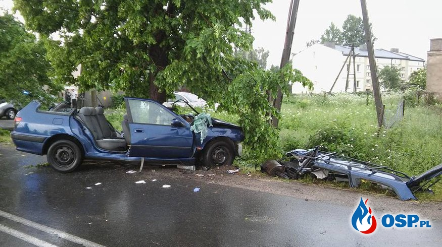 Samochód uderzył w drzewo OSP Ochotnicza Straż Pożarna