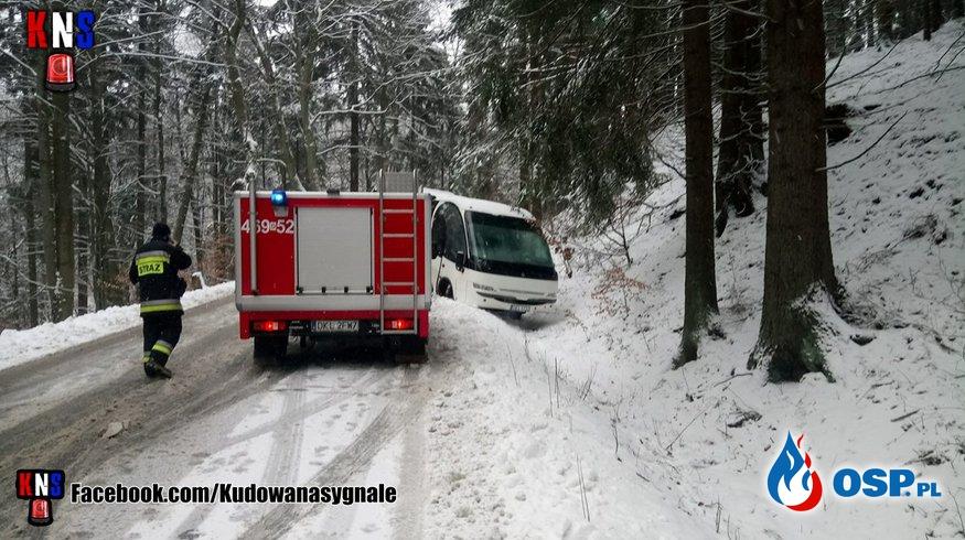 Autobus przewożący dzieci wpadł do rowu na Drodze Stu Zakrętów. OSP Ochotnicza Straż Pożarna