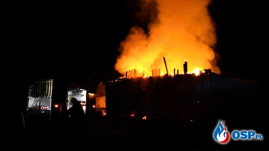 Pożar budynku gospodarczego w którym znajdowało się około 100 balotów siana OSP Ochotnicza Straż Pożarna
