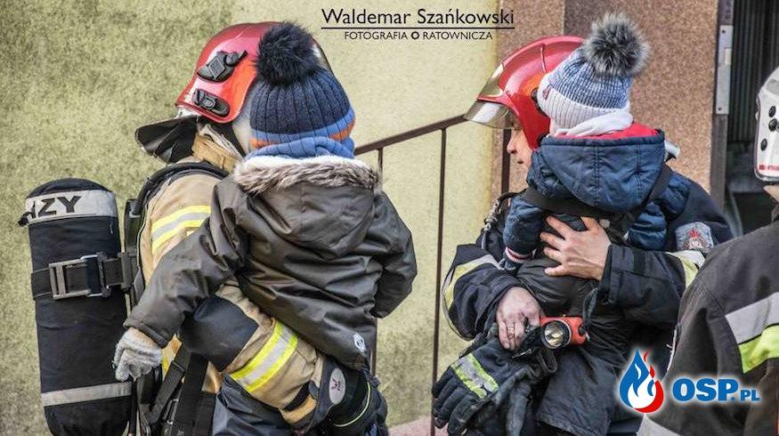 Pożar mieszkania w Chocianowie. Ewakuowano 15 osób, w tym małe dzieci! OSP Ochotnicza Straż Pożarna
