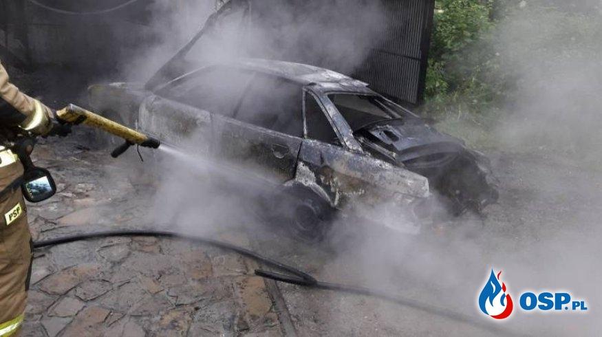 Pożar samochodu w blaszanym garażu. Poranna akcja strażaków. OSP Ochotnicza Straż Pożarna
