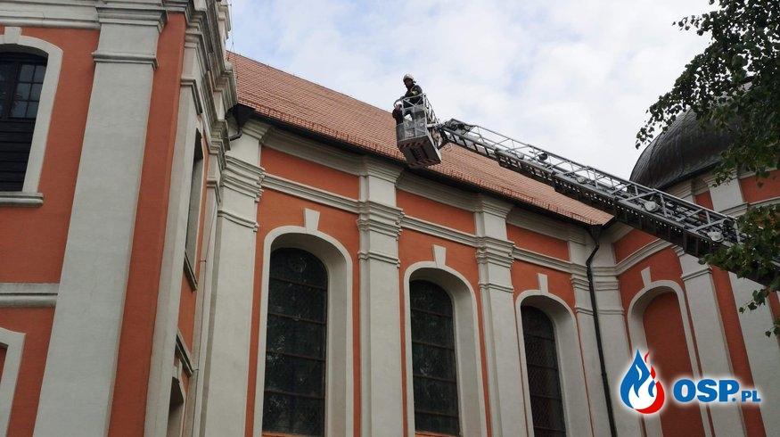 Zerwane dachówki OSP Ochotnicza Straż Pożarna