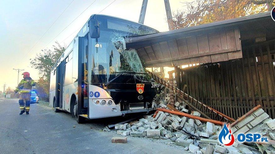 Dach ogrodzenia wbił się w szybę autobusu. Kierowca miał dużo szczęścia. OSP Ochotnicza Straż Pożarna