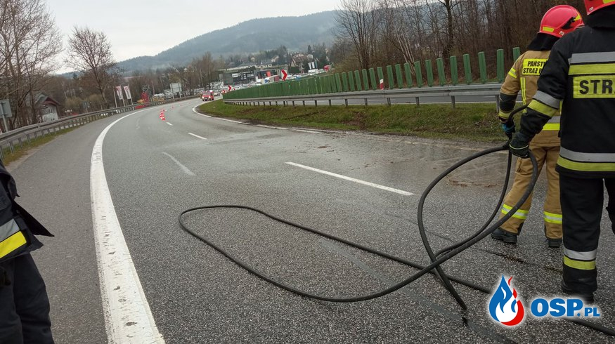 Dwa wyjazdy do usunięcia ziemi po kolizji z jezdni DK7 - 19 kwietnia 2021r. OSP Ochotnicza Straż Pożarna