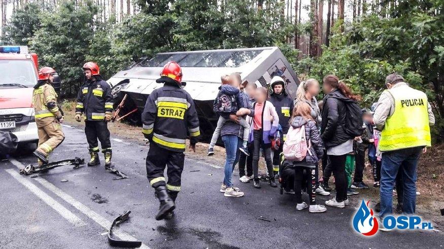 Autobus szkolny wpadł do rowu po zderzeniu z autem osobowym OSP Ochotnicza Straż Pożarna