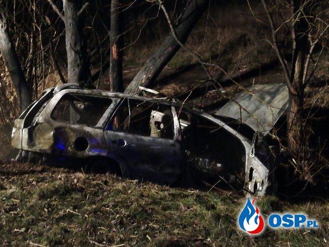 Pożar Forda na drodze wojewódzkiej nr 122 OSP Ochotnicza Straż Pożarna