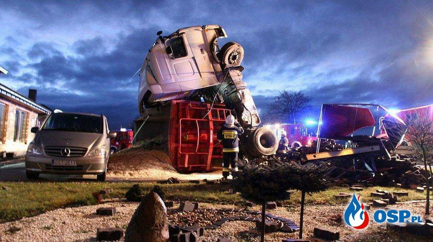 Wypadek tira w poranek drugiego dnia świąt OSP Ochotnicza Straż Pożarna