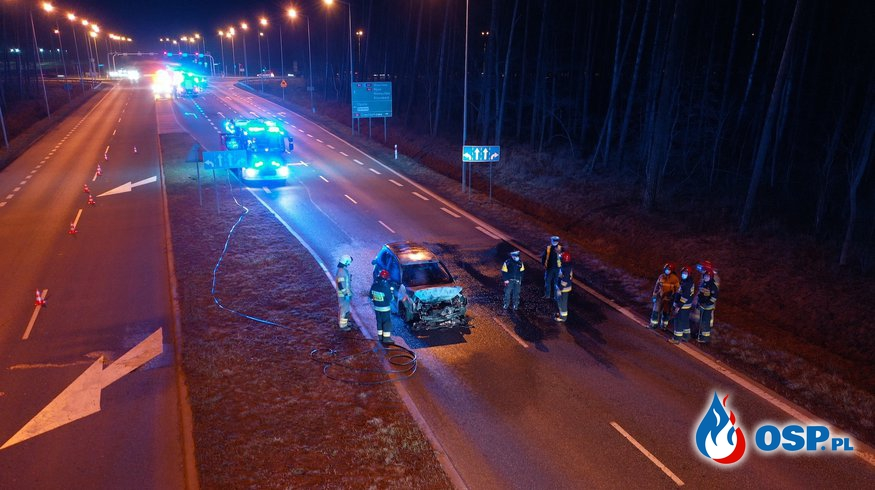 Auto zapaliło się po zderzeniu, kierowca uciekł pieszo. Szuka go policja. OSP Ochotnicza Straż Pożarna