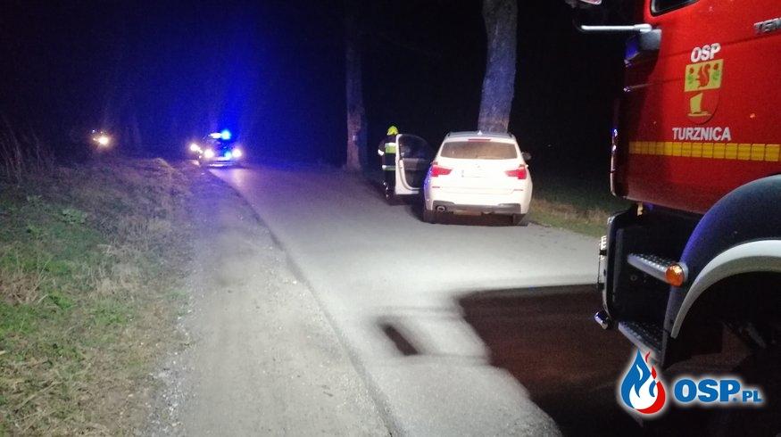 BMW uderzyło w drzewo na drodze łączącej DK15 i DK16 - Nastajki OSP Ochotnicza Straż Pożarna